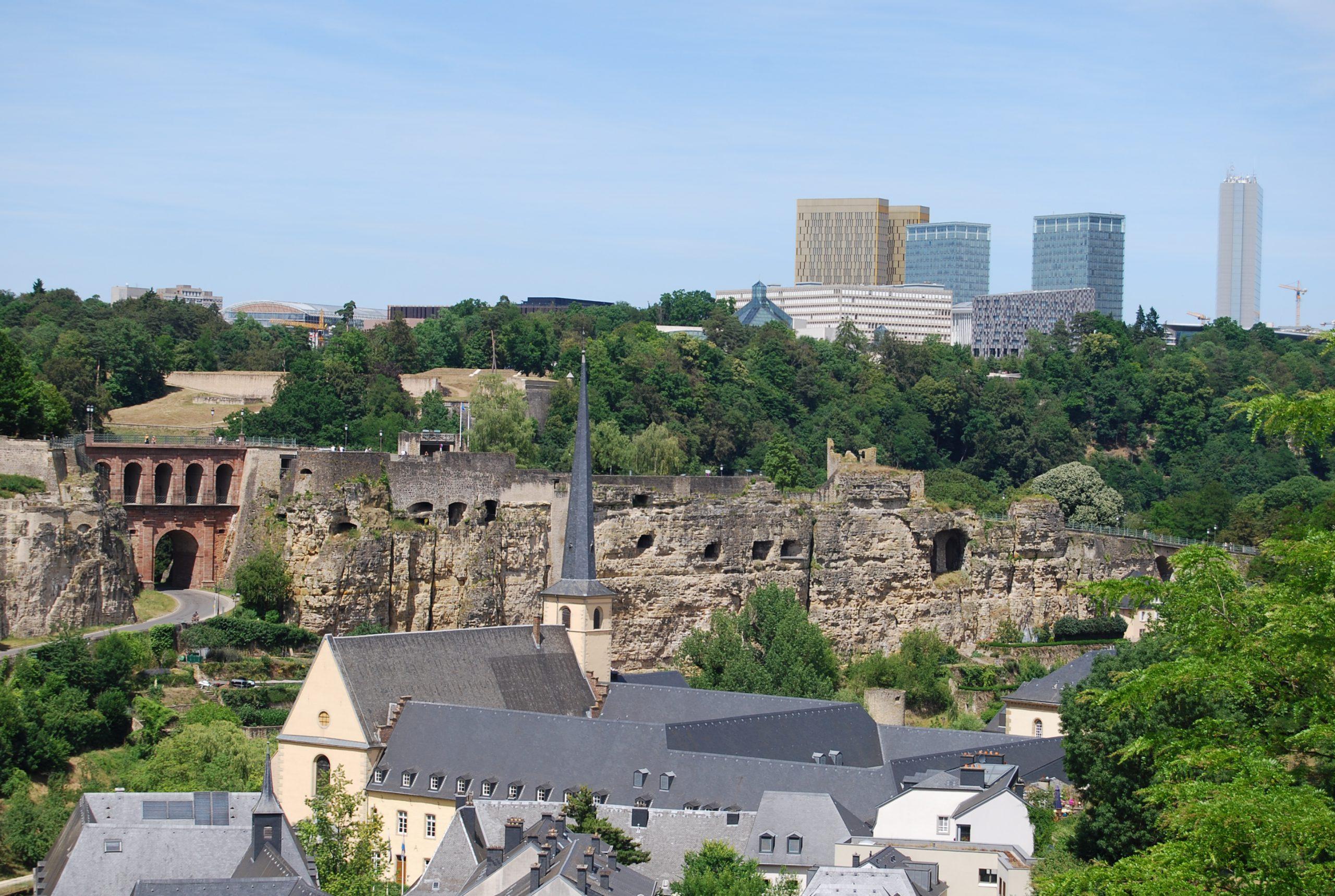 Vue sur les vestiges de l'ancienne forteresse de Luxembourg avec en arrière-plan le plateau de Kirchberg